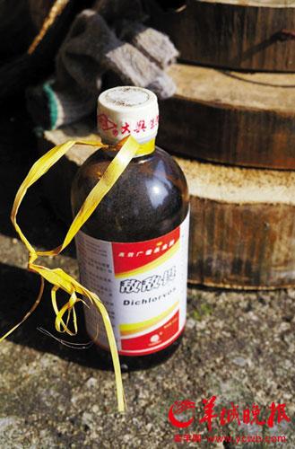 记者在渔船上找到的装有敌敌畏的玻璃瓶