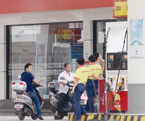 点击观看新闻——厦门买罐装汽油须实名 无牌证摩托车禁加汽油