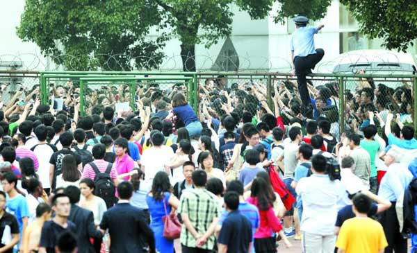 为了看小贝,大批球迷围堵在同济大学球场的门口。新华社发