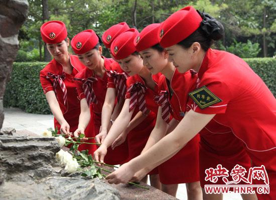 郑州客运段高铁一队在焦裕禄烈士陵园献花