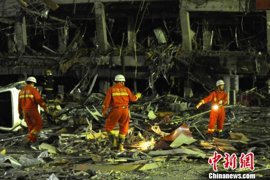 6月19日晚,朔州市一饭店发生连续爆炸事故,造成当时正在开展救援工作的多名消防官兵受伤,其中一名消防战士因伤势过重牺牲,其他受伤官兵被送至当地医院接受治疗。 屈丽霞 摄