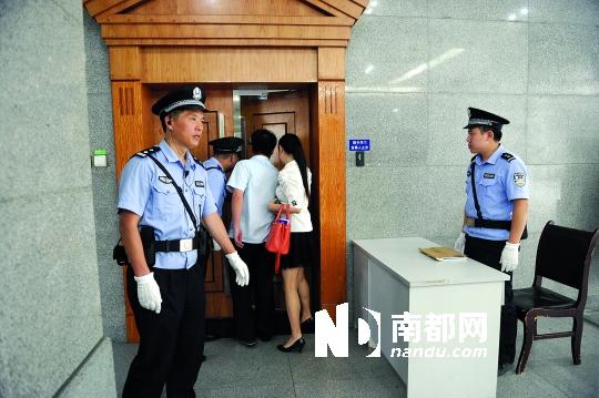 6月20日至21日,重庆渝北区法院开庭审理了肖烨、许社卿、严鹏、赵红霞、谭琳玲、王建军敲诈勒索一案,这是法庭入口。C FP图