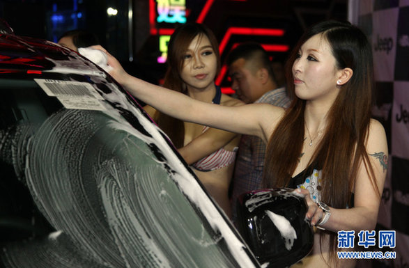 南通市某夜店举行擦车女郎秀活动