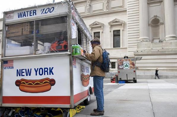 纽约大都会艺术博物馆外面的热狗小贩