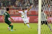 中超图:杭州绿城2-1北京国安 利马比赛中进攻