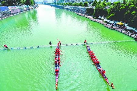 6月22日,在湖北省宣恩县城区贡水河上,