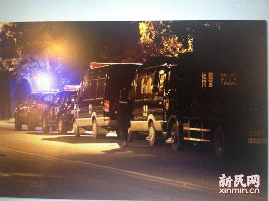 图说:事发现场看到的特警车队。 新民网记者 萧君玮 现场回传