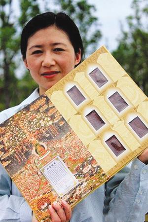 6月16日,一名工作人员在展示我国首套徽雕红木邮票 中新