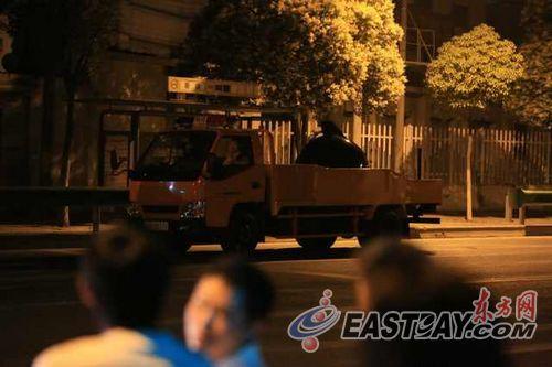 排爆车辆开赴现场。