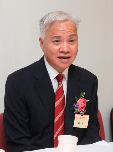 图:此次展览筹备委员会主席团执行主席杨钊表示,展览目的就是重温�v史、展望将来,并让年轻一代了解中国情,实现中国梦