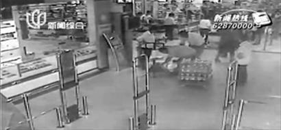 推车载货冲下超市扶梯撞死老人 系顾客自带推车
