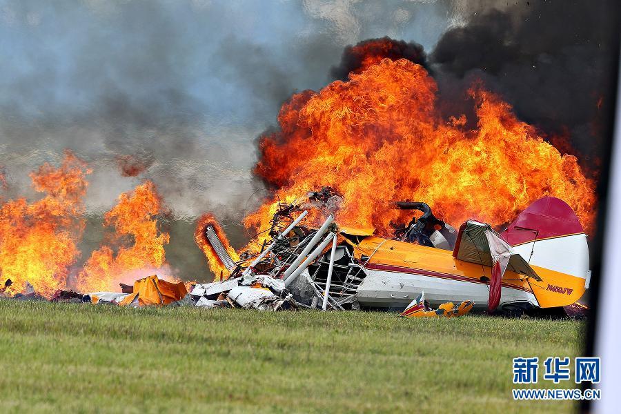 美国一特技表演飞机坠毁