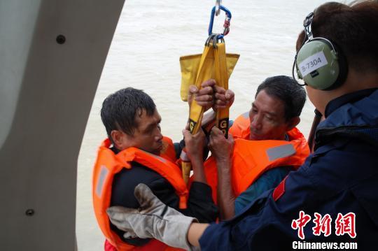 两船遇险现场海域风大浪高,海水已完全淹没了遇险船甲板 黄淳 摄