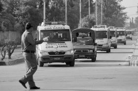 6月23日,巴基斯坦拉瓦尔品第,运送遇难的外国游客遗体的救护车行驶在路上。图/新华社