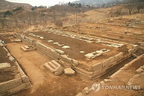联合国教科文组织(UNESCO)23日在柬埔寨金边和平宫举行的第37届世界遗产大会上决定将朝鲜申请的开城历史古迹地区列入世界文化遗产名录。图为满月台全景。(图:韩联社)
