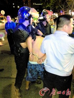 特警将半裸的男子制服。