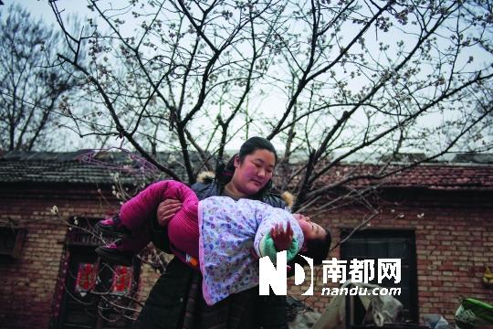院子里的樱桃树开出了细碎的小花,母亲抱着卢佳润来到树下,她只是摊开手躺着,没有更多的反应。