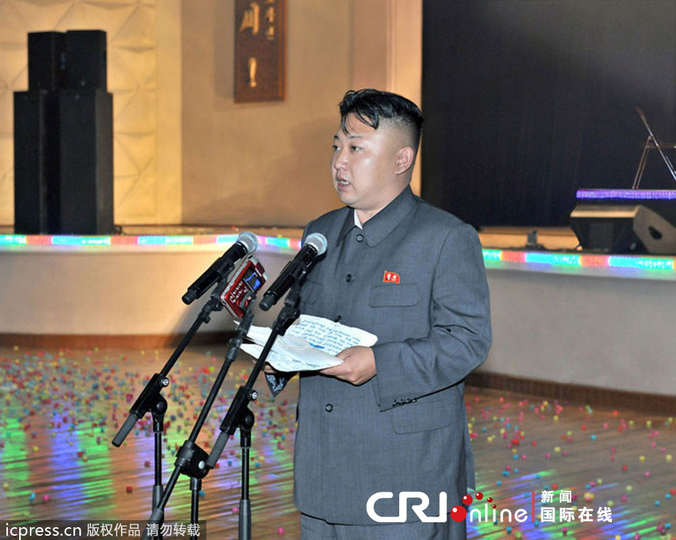 当地时间2013年6月22日,朝鲜中央社公布图片,金正恩视察省江界拖拉机厂,参观工厂的食堂餐厅。