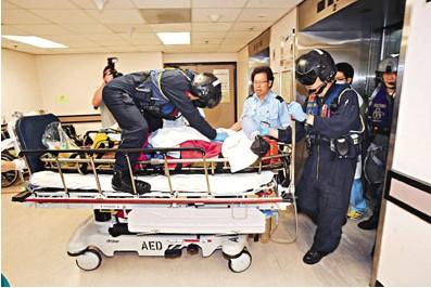 内地男子在西贡咸田湾遇溺昏迷,送院时飞行医生一直替其作心外压急救。来源:香港《文汇报》
