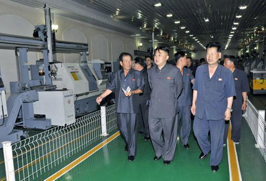 金正恩视察机械厂,参观工厂现代化设备。图片来源:朝鲜《劳动新闻》