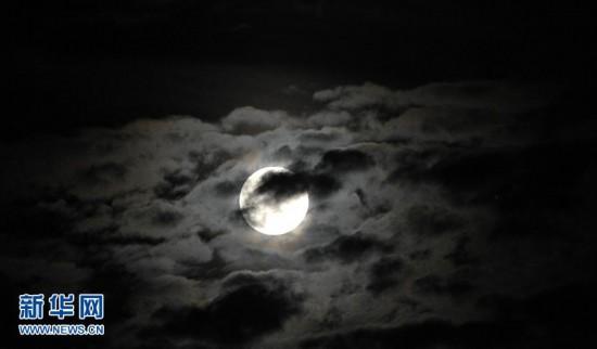黑夜中的月亮图片