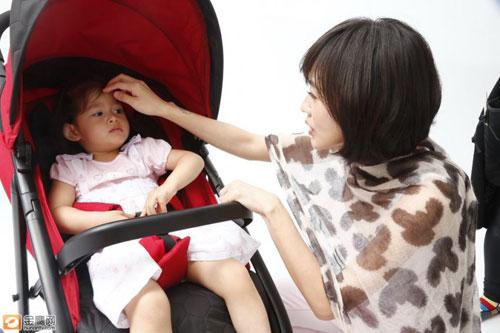 董洁婚变后_小S抱宝宝出席代言 辣妈大秀产后完美身材(组图)-搜狐滚动
