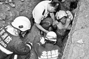 工地坍塌 消防员刨出工人