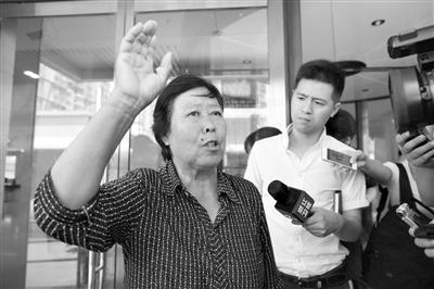 6月25日,王书金案庭审结束后,聂树斌的母亲张焕枝称检方证据中的花衬衣和她当年所见并不是同一件。新京报记者 侯少卿 摄