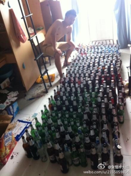 溫州大學一畢業生小張在微博上曬出幾張在寢室擺滿一地啤酒瓶的照片圖片