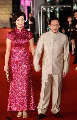 刘家良与妻子走红毯(资料图)