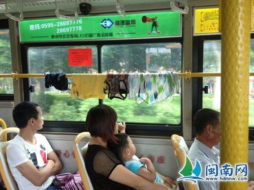 """衣服就晾在公交车内横杆上网友""""六月弍六""""供图"""