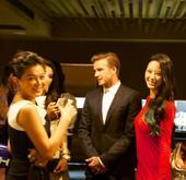 幻灯:小贝宴会被美女团团包围 红裙丽人最抢镜