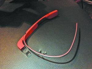 """由于眼镜采用钛合金材质,佩戴起来毫无""""压力"""""""