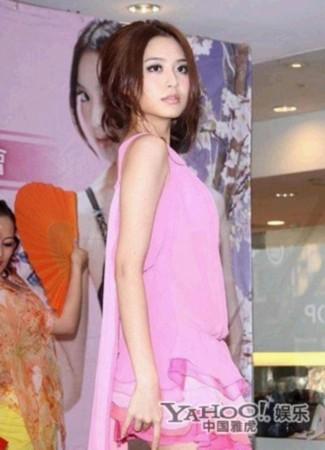 """白歆惠是台湾众多嫩模中比较火的一位,有""""小林志玲""""之称。曾在某次走秀中因为走光一炮而红。"""