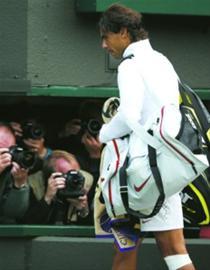 纳达尔在比赛后黯然离场。这是他9次参加温网,第一次惨遭一轮游,也是他职业生涯第一次在大满贯比赛中首轮出局。