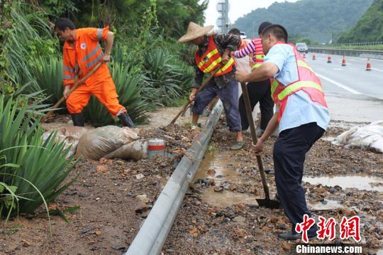 6月26日,江西东北部遭受连续强降雨袭击,婺源县24小时降雨量高达201毫米,受此影响,景婺黄高速K318+200米处发生山体塌方,路面单幅单车道受阻。 夏睿德 摄