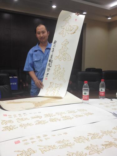 杨树清用图画纸创作烫画,加大了烫画难度