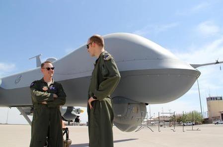 图为美军MQ-9 Reaper(死神)无人机的飞行员