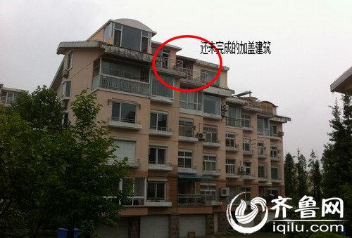 青岛市崂山区海龙支路附近的龙安新苑小区部分楼房存在顶层加盖违章