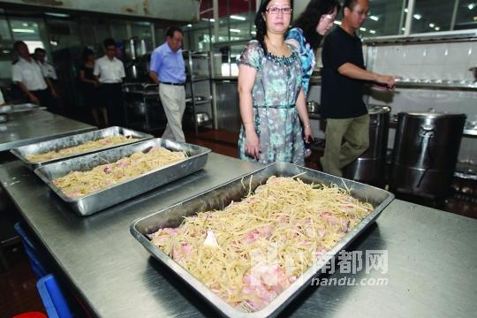 学生家长参观学校食堂的厨房.图片