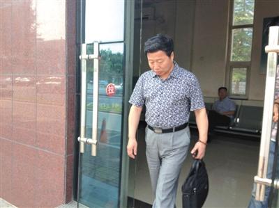 昨日下午4时许,王书金的辩护律师朱爱民在河北省高院,查阅完聂树斌案卷宗后走出法院大门。新京报记者 张玉学 摄
