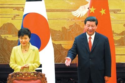 昨天,习近平与朴槿惠在北京人民大会堂共同会见记者。图/中新社