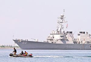 """6月27日,美国""""菲茨杰拉德""""号驱逐舰到达菲律宾苏比克湾前美国海军基地。"""