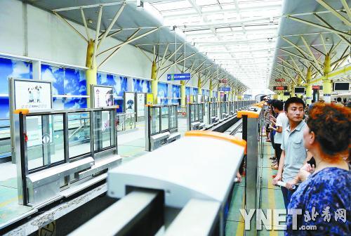 地铁13号线的一些站台屏蔽门已安装多时,尚未使用-北京8天内2人跳图片