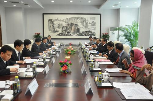 刘振民副部长同哈克一行举行了会谈。