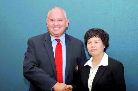 约克区警政委员会主席薛家平(左)代表警委会欢迎江邦固的加入。(加拿大《明报》/蓝乙宁 摄)