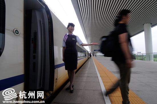 """""""西子号""""列车今天举行交接仪式。"""