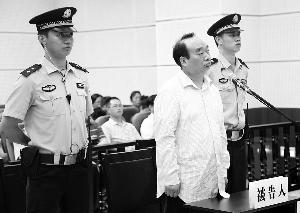 昨日,雷政富在法庭等待宣判。新华社发