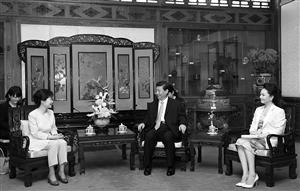 28日,国家主席习近平在钓鱼台国宾馆会见韩国总统朴槿惠,习近平主席夫人彭丽媛在座 新华社发