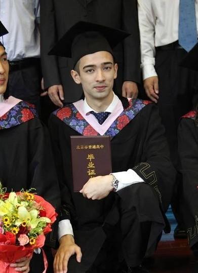 韦唯大儿子高考分数_韦唯大儿子考入北大中文系 全家齐亮相(图)-搜狐娱乐